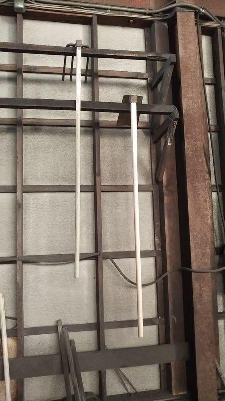 壁際にかけられた四つ鍬と板鍬