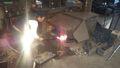 鍬を火で焼く