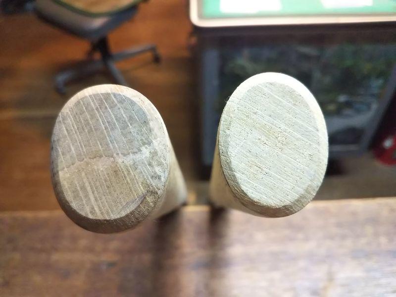 並べて置かれた2本の鍬の柄の先端の部分