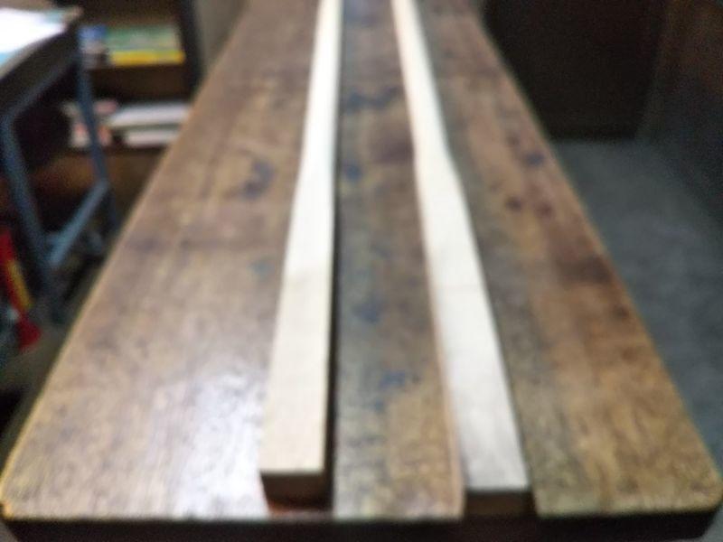 台の上に並べて置かれた2本の鍬の柄