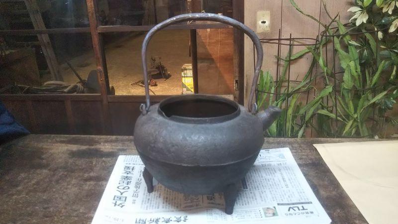 台の上に置かれた取っ手のある茶釜