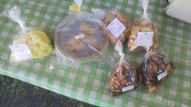 小袋に入った大根の漬け物、パックに入った大根と大根菜の漬け物