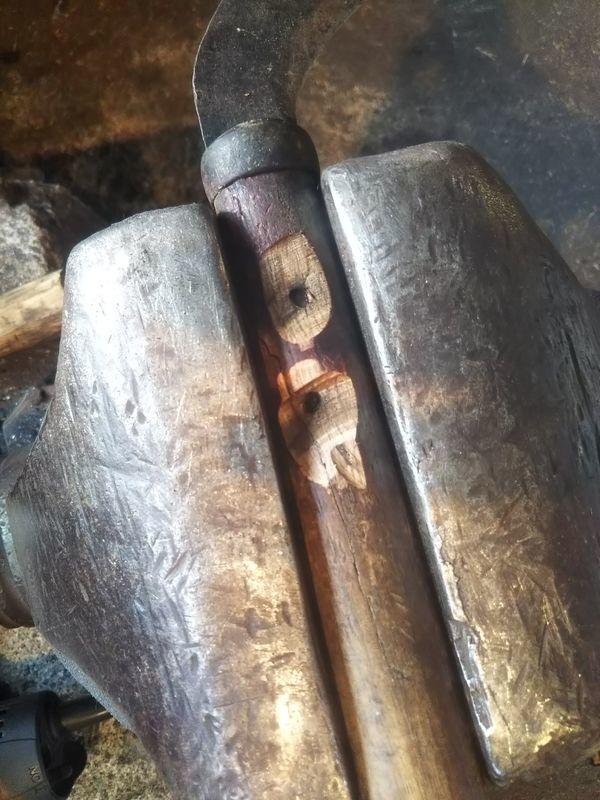 かしめた釘を擦り落とした鎌の柄