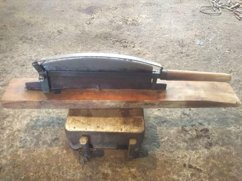 台の上に置かれた修理された押し切り