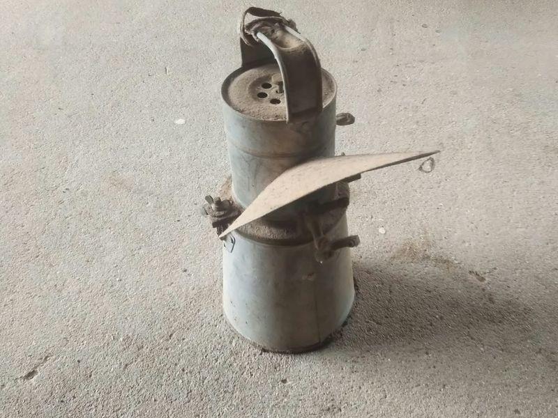 地面に置かれた古いカーバイトランプ