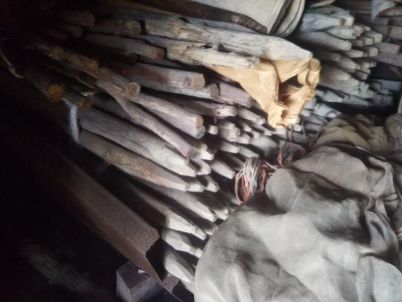 束にして積まれた稲掛け(はせがけ)に使う木の棒