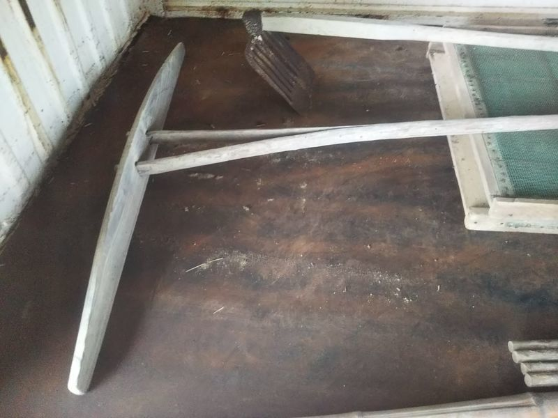 軽トラックの荷台に置かれた代掻き(しろかき)と鋤簾鍬(じょれんぐわ)