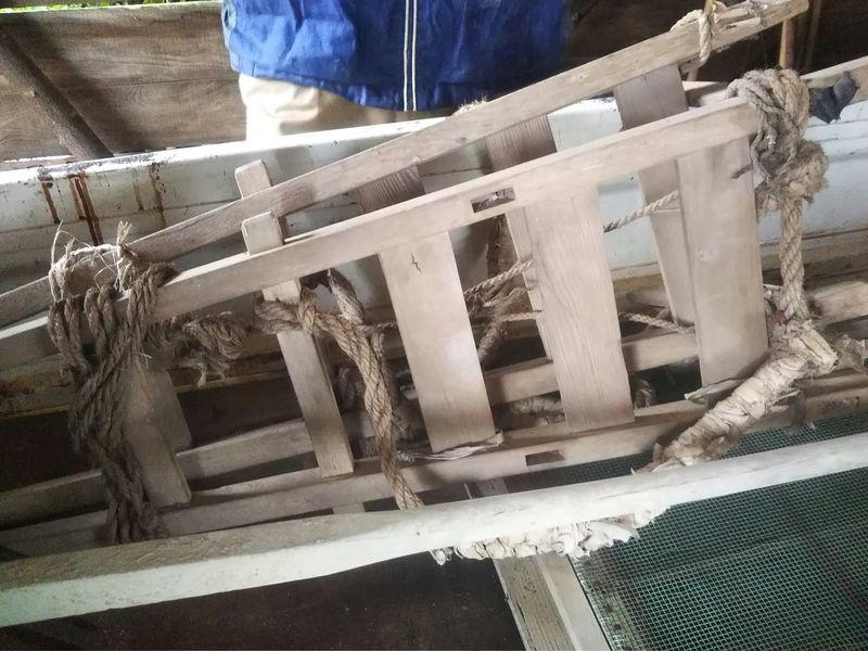 軽トラックの荷台に置かれた2つ重なっている背負子(しょいこ)