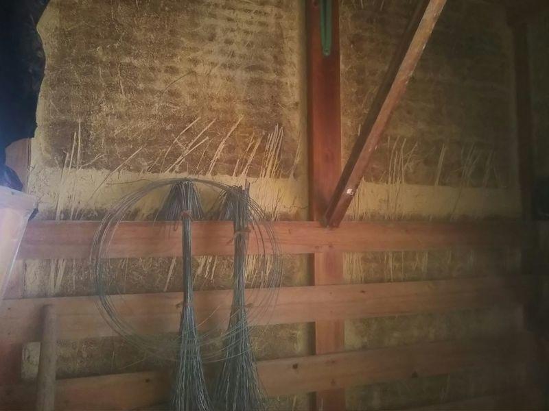 土壁に塗り込まれた藁