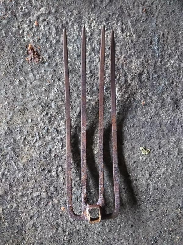 地面に置かれた50㎝近くある摩耗した虫掘り鍬