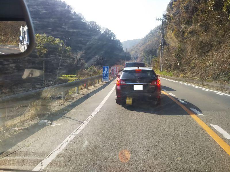 運転席から見た信号待ちの車