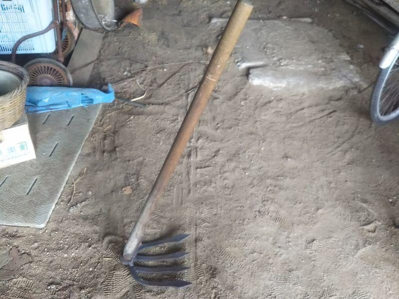 地面に置かれた短い柄のついた雁爪