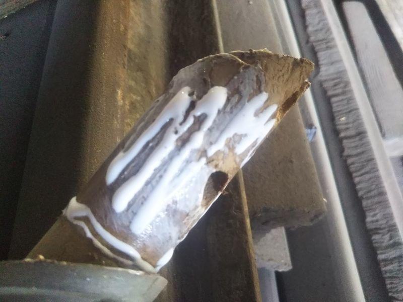 金具の入っていた根元の部分に木工ボンドを塗られた鋤簾の柄