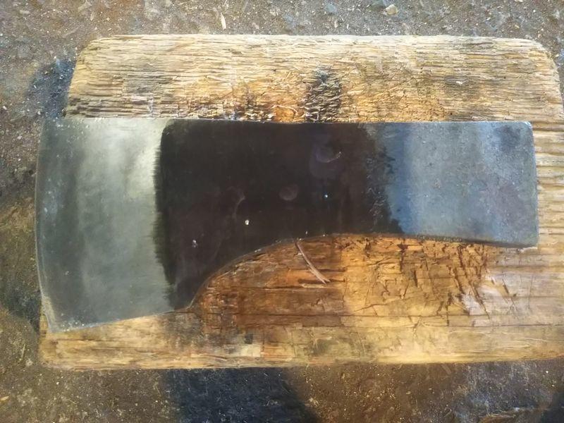 修理されたきれいなチョウナ(薪割り斧)