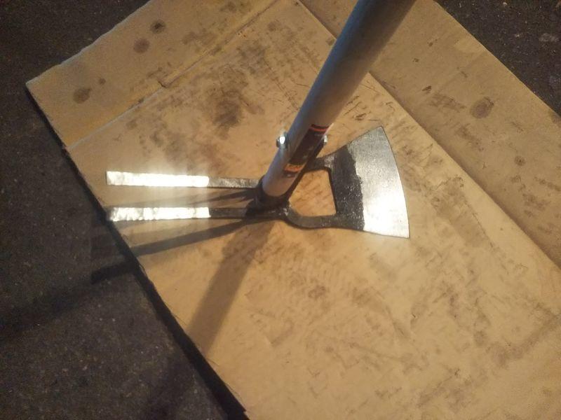 鋤簾の柄を付けた草削り鍬の反対側に二本の爪が付いている軽量型万能鍬