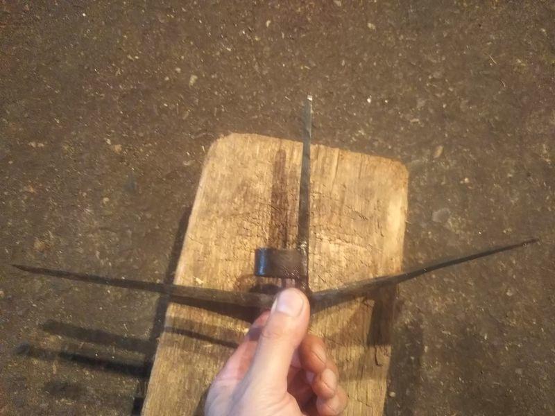横から見た草削り鍬の反対側に二本の爪が付いている軽量型万能鍬