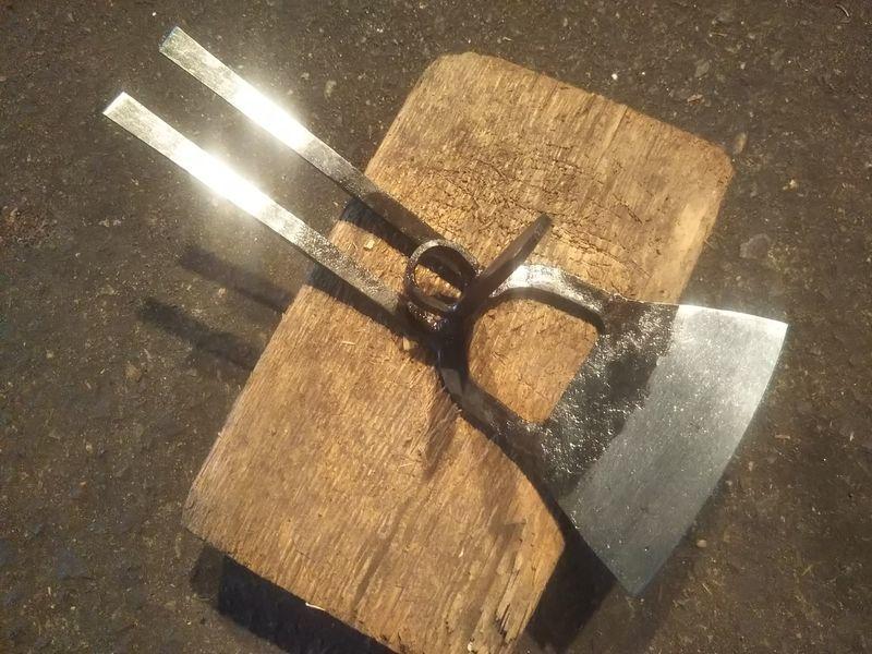 草削り鍬の反対側に二本の爪が付いている軽量型万能鍬