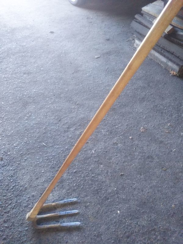 長年の使用で柄が細くなった三つ鍬