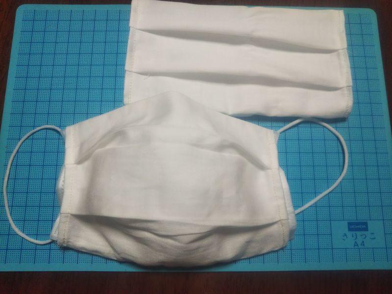 シーツで作られたマスクカバーとマスクを入れたシーツで作られたマスクカバー