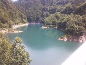 ダム湖上流側