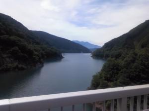 ダム湖下流側