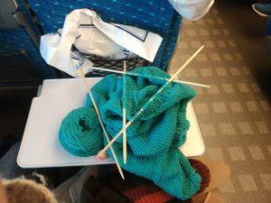 新幹線の中で編み物中