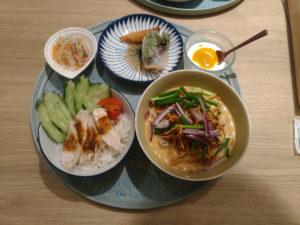 海南チキンライスと揚げ麺乗せカレーヌードル