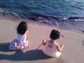 佐渡 夏の海岸で姉妹