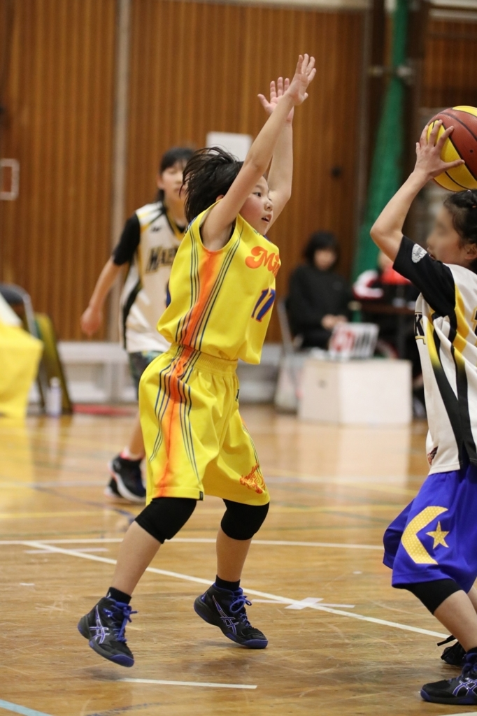 女子ミニバスケットボール写真 ハンズアップ