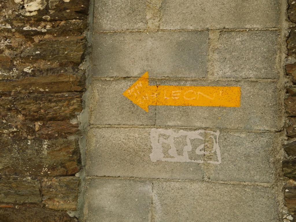 サンティアゴ巡礼で見つけた黄色い矢印サインを集めてみました