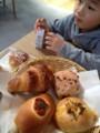 パン食べる