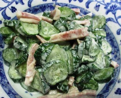 冷凍したきゅうりでサラダを料理