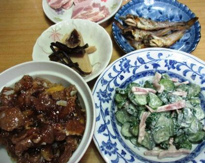 夕食メニュ―はキュウリサラダと牛すじ肉の煮込み