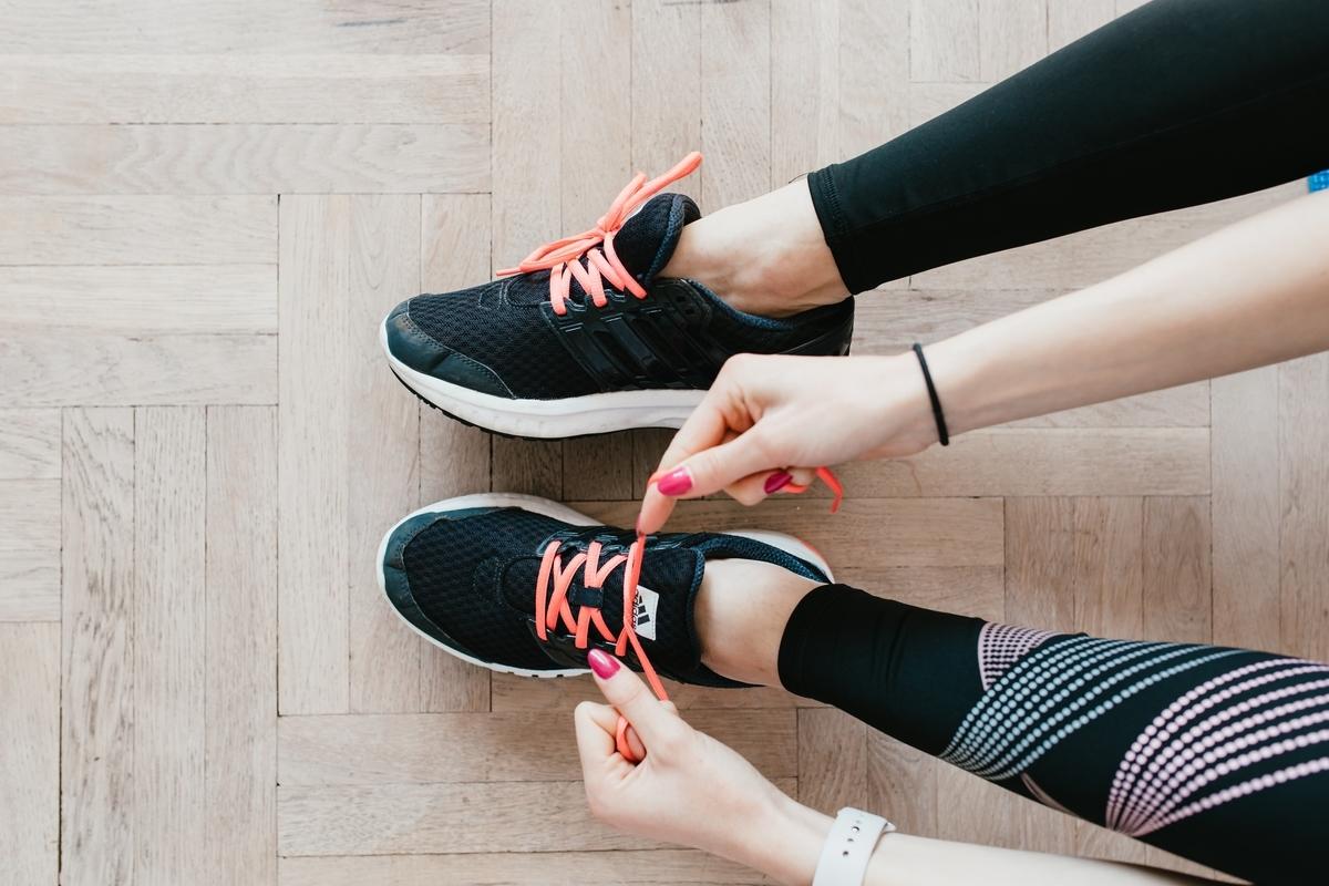 紐なしの靴や紐をゆるく履く人