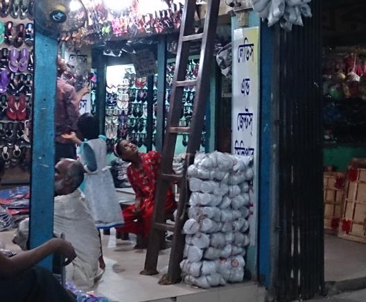 バングラ・ジョソールの夜の商店街にて