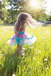 草原に佇む幼女