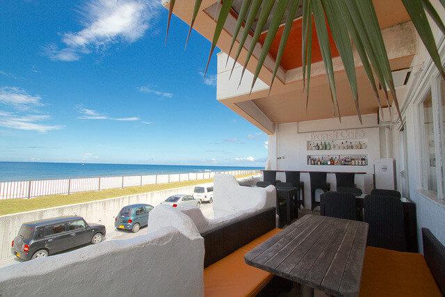 『トランジット・カフェ』絶景の海とリゾート気分を満喫できる人気カフェ