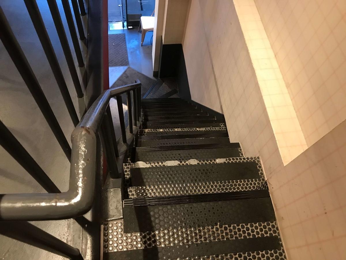 ヘンリーズバーガー 階段