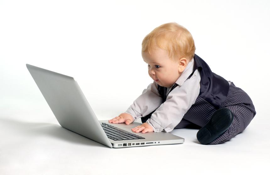 赤ちゃんがパソコンを使っている