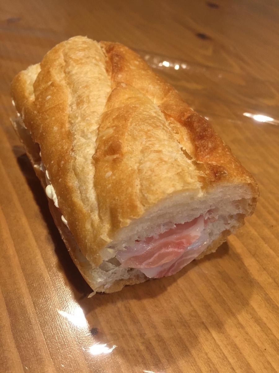 東京都町田市にあるパンパティのフランスパンを購入しカットしたパンに生ハムを挟んだサンドイッチを作って撮影した写真