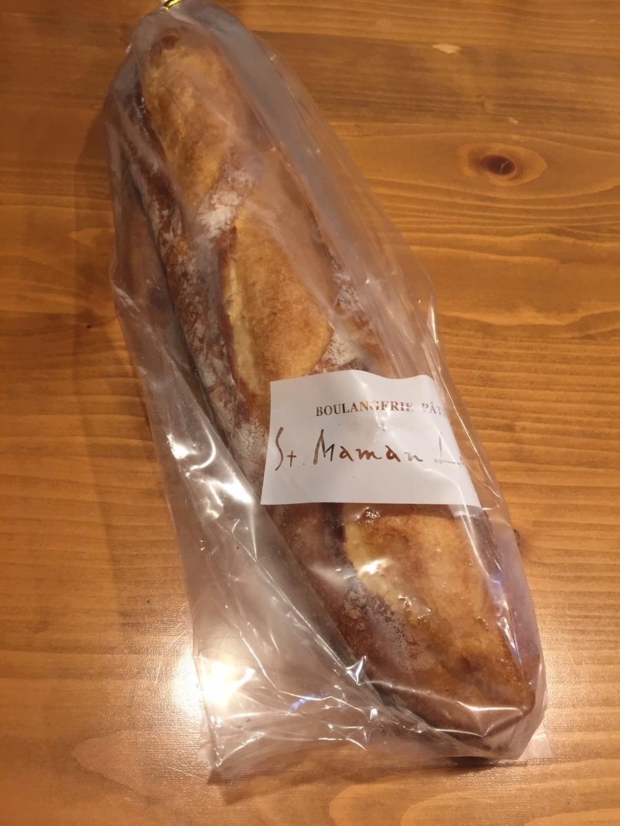 東京都町田市にあるラトーナ石窯工房のフランスパンを購入し自宅で包装から取り出した様子の写真