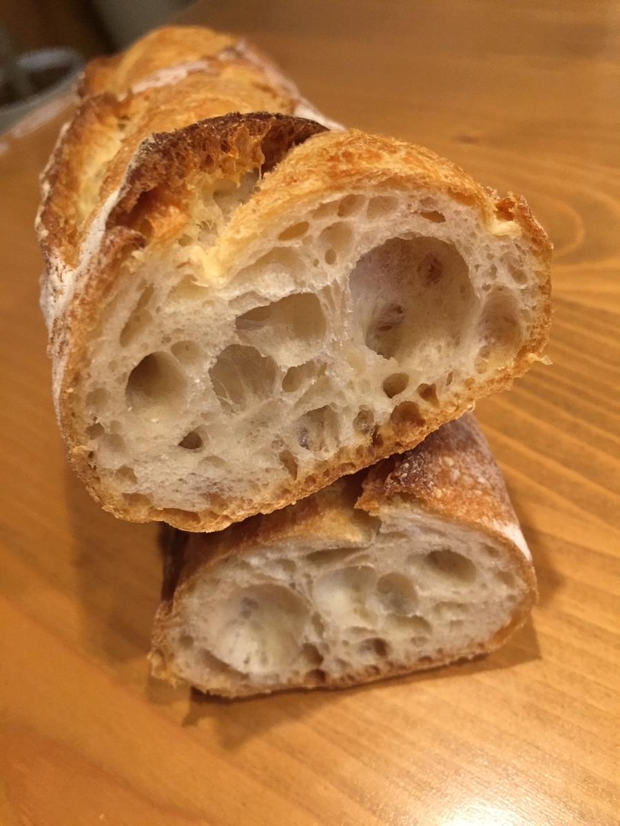 東京都町田市にあるラトーナ石窯工房のフランスパンを購入し自宅でパンナイフでカットした断面の写真