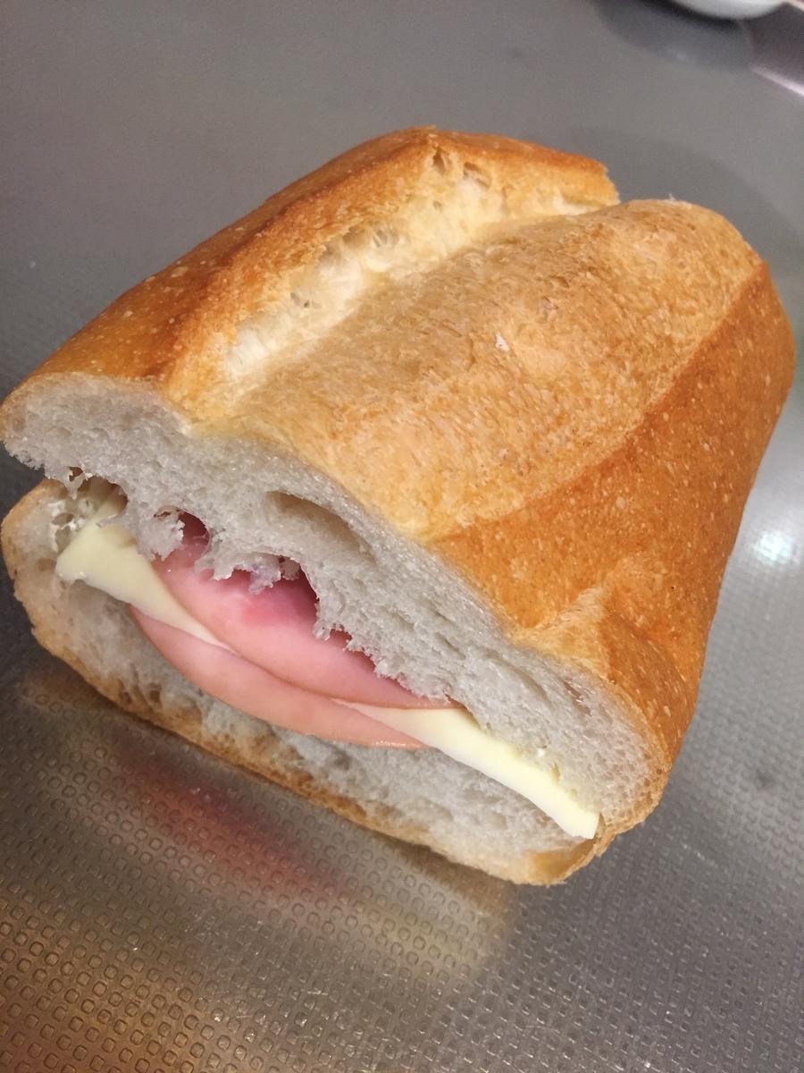 東京都町田市にあるポンパドールで購入したフランスパンを使ってハムチーズサンドイッチを作った完成品を撮影した写真