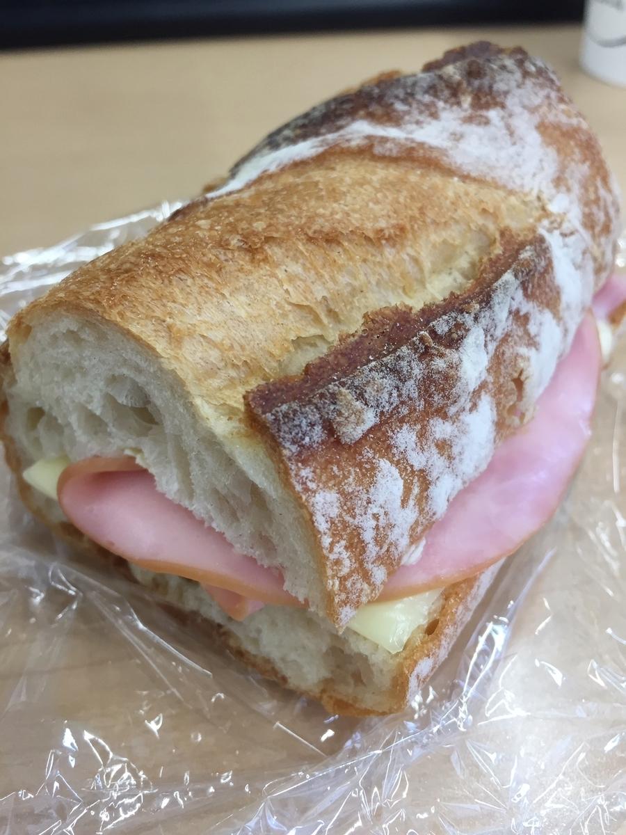 東京都町田市にあるラトーナ石窯工房で購入したフランスパンを使ってハムチーズサンドイッチを作った様子を撮影した写真