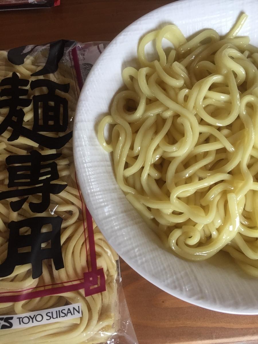 町田市根岸町にあるスーパー三和「アメリア三和町田根岸店」で購入したTOYO SUISAN社の「極太麺(つけ麺専用)」を茹でてパッケージと一緒に撮影した写真