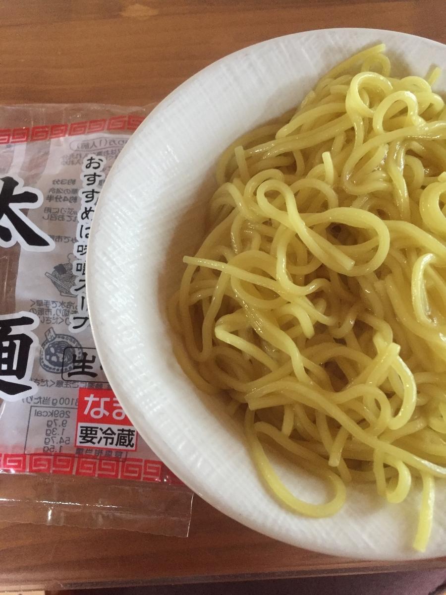 町田市根岸町にあるスーパー三和「アメリア三和町田根岸店」で購入した興和物産社の太麺を茹でてパッケージと一緒に撮影した写真