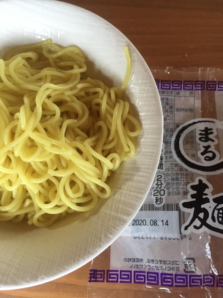 町田市根岸町にあるスーパー三和「アメリア三和町田根岸店」で購入した興和物産社の「まる麺」を茹でてパッケージと一緒に撮影した写真