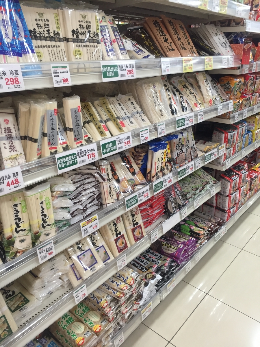 スーパー三和「アメリア三和根岸店」の乾麺コーナーに陳列された乾麺のそば6種類の様子を撮影した写真