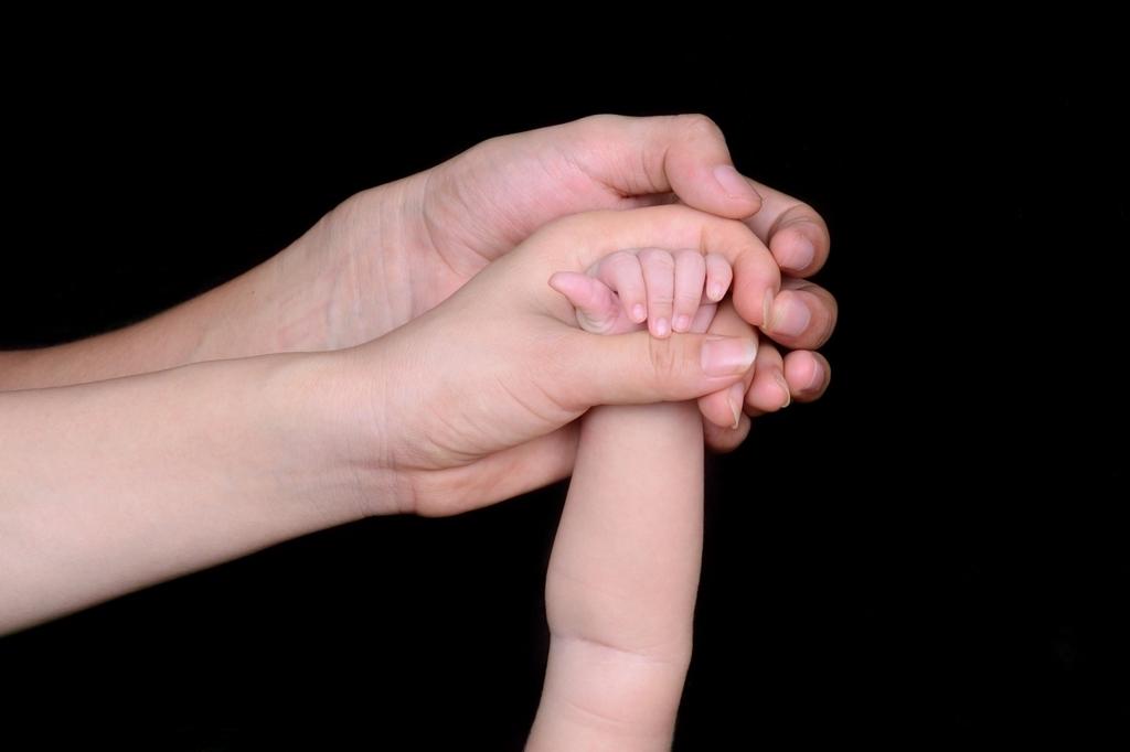 妻と子を守る男の手