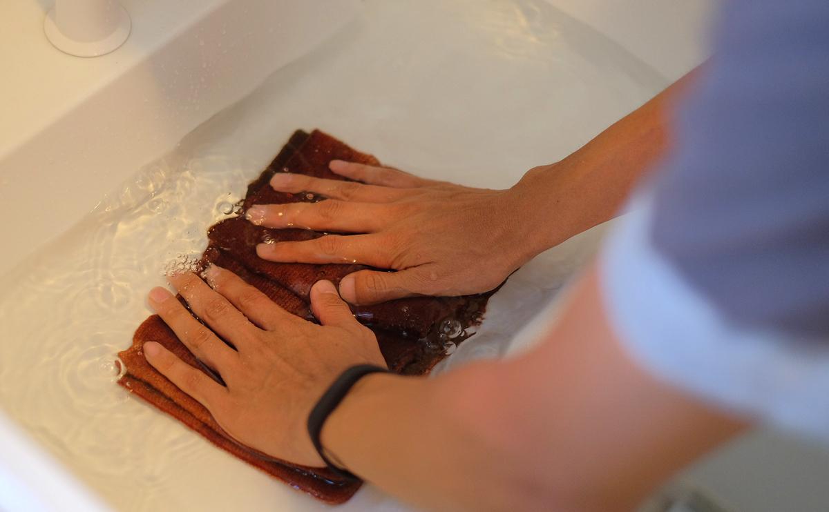 タバラットマフラーの洗い方3 押さえ込むように洗う